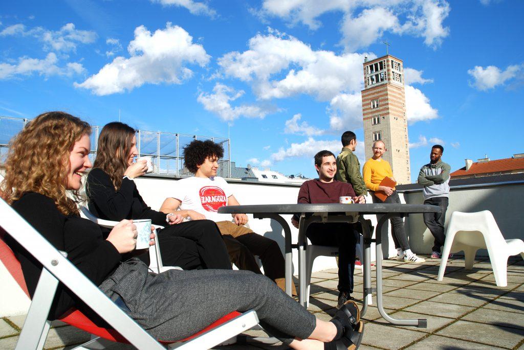 Studenten beim Entspannen auf dem Dach