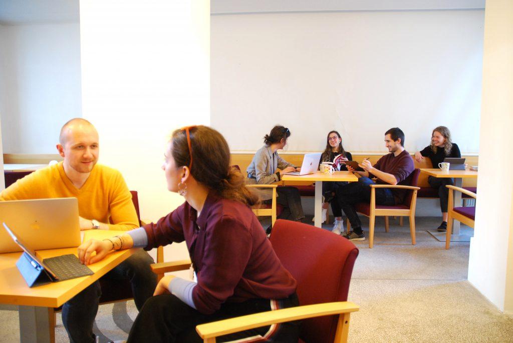 Studenten beim Lernen im Lernraum